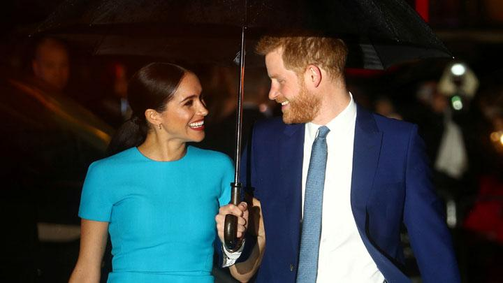 Pangeran Harry menatap istrinya Meghan Markle, Duchess of Sussex, saat menghadiri acara Endeavour Fund Awards di London, 5 Maret 2020. REUTERS/Hannah McKay