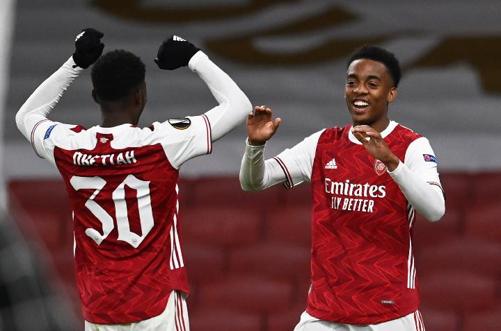 Pemain Arsenal Joe Willock dan Eddie Nketiah. REUTERS/Dylan Martinez