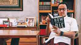 Anies Baswedan membaca buku How Democracies Die, Minggu pagi, 22 November 2020. Twitter