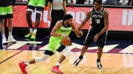 Pemain Minnesota Timberwolves Karl-Anthony Towns (32) dan pemain San Antonio Spurs LaMarcus Aldridge (12). Reuters/David Berding-USA TODAY Sports